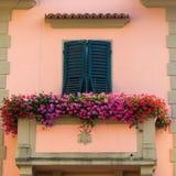 Balkon przy kolorowym domem w Florencja, Włochy obrazy stock
