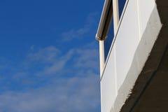 Balkon und blauer Himmel lizenzfreie stockfotografie