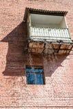 Balkon und Fenster auf der Backsteinmauer Lizenzfreies Stockbild