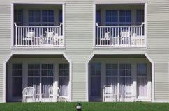 Balkon und Terrasse mit Stühlen und Tabellen Stockbild