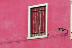 Balkon van een kleurrijk huis op het Eiland Burano dichtbij Venetië Stock Afbeelding