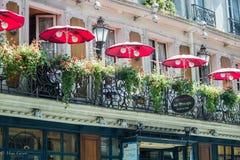 Balkon van le Procope, oud restaurant in Parijs, met rode koffieparaplu's Royalty-vrije Stock Foto's