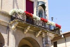 Balkon verziert mit Blumen Lizenzfreie Stockbilder