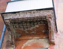 Balkon w disrepair i załamywać się w domu zdjęcie stock