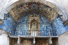 Balkon z błękit płytkami w Obidos fotografia stock