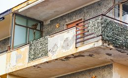 Balkon z krakingowym betonem i ośniedziałymi żelazami obraz stock
