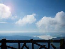 Balkon z niebem i górą Zdjęcia Royalty Free