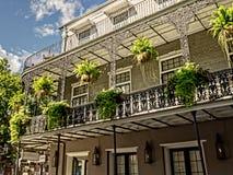 Balkon z roślinami na Królewskiej ulicie zdjęcia stock