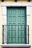Balkon z zamkniętymi zielonymi drzwiami na fasadzie Zdjęcie Stock
