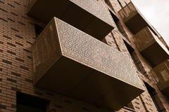 Balkone auf einem hohen Aufstiegsgebäude Lizenzfreies Stockbild