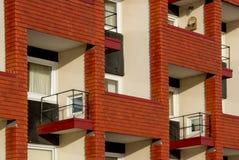 Balkone des roten Backsteins Stockfoto