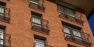 Balkone eines Gebäudes des roten Backsteins stockfoto