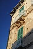 Balkone mit grünen Trümmern lizenzfreie stockbilder