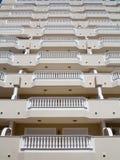 Balkone mit weißen Balustraden Stockbild