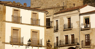 Balkone an Trujillo-Stadt Spanien Stockfotos