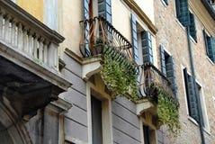 Balkone und Errichten außen in Padua stockbilder