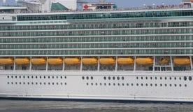 Balkone und Rettungsboote Stockbilder