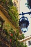 Balkone und Straßenbeleuchtung Stockfoto