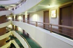 Balkone und Treppenhaus im Blenden-Kongreßhotel Stockfotos