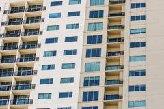 Balkone und Windows auf beige Eigentumswohnungs-Wand Stockfotos
