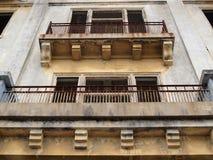 Balkone von alte getragene aufbauende fehlende Fenster Stockfotografie