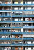 Balkone - Wohnblock. Vertikaler Schuß Lizenzfreies Stockfoto