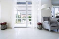 Balkonfenster mit Gartenansicht Stockbilder