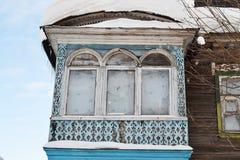 Balkong av det gammala rysslandshuset Arkivbild