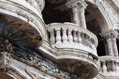 Balkong av den gammala byggnaden Arkivfoto