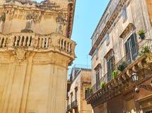 Balkong av en barock slott i Lecce, Puglia Royaltyfri Bild