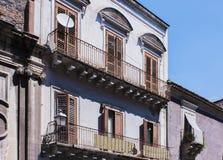Balkong av en forntida byggnad i Catania, Sicilien, Italien fotografering för bildbyråer