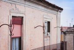 Balkong av en forntida byggnad i Catania, Sicilien, Italien royaltyfri fotografi