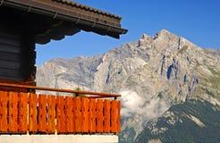 Balkong av en schweizisk chalet fotografering för bildbyråer