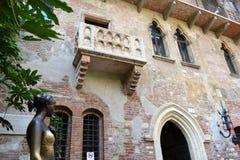 Balkong av Juliet och bronsstaty av Juliet Capuleti av hus-museet av Juliet arkivbild