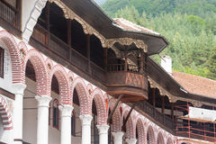 Balkong i den Rila kloster i Bulgarien Arkivfoton