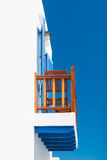 Balkong i grekiskt cycladic hus Arkivfoton