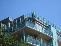Balkong med exponeringsglasframdelen och växter och blå himmel (ängeln) royaltyfria foton