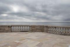Balkong med havssidan med och den gamla marmorbalustraden Royaltyfri Bild