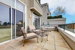 Balkong med möblemang i ny hyreshus. arkivbilder