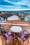 Balkong med sikten av tak, hav-Baska Voda, Kroatien Royaltyfri Foto