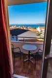 Balkong med sikten av tak, hav-Baska Voda, Kroatien Fotografering för Bildbyråer
