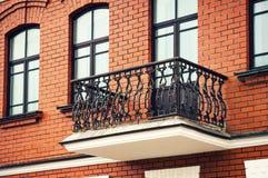 Balkong med smidesjärnräcke Arkivbild