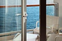 Balkong med stolar och tabell på kryssningeyeliner Royaltyfria Bilder