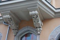 Balkong med vita prydnader royaltyfri foto