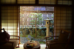 Balkong och gård av det japanska hotellet Royaltyfria Bilder