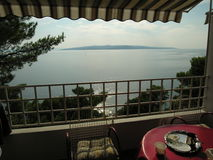 Balkong och sikt på öar i Kroatien Arkivbilder
