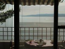 Balkong och sikt på öar i Kroatien Arkivfoto