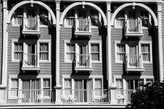 Balkong och terrass med vitstolar och tabeller Arkivfoton