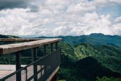 Balkong och terrass på synvinkel med blå himmel för högt berg på Fotografering för Bildbyråer