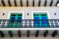 Balkong och två glass fönster i San Juan, Puerto Rico Arkivbild